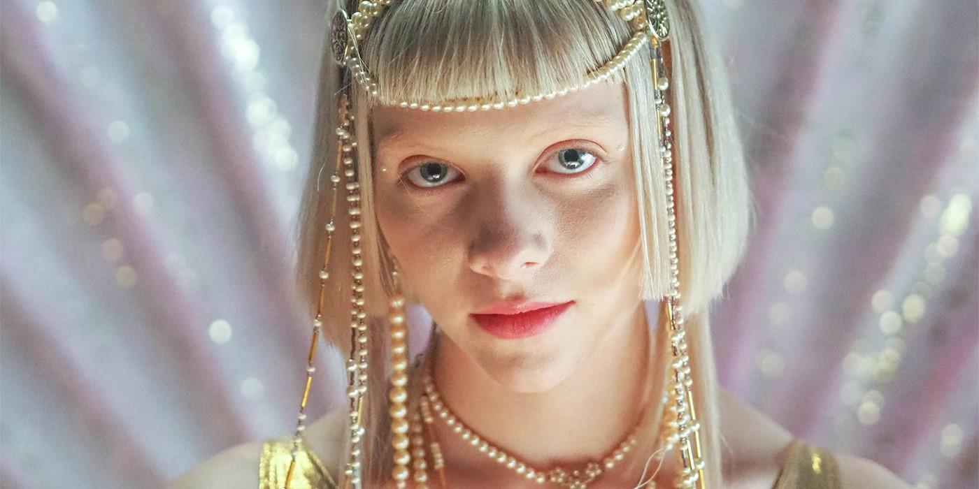 Fotografía de la cantante Aurora, dedicada a la música electrónica, folk y dark